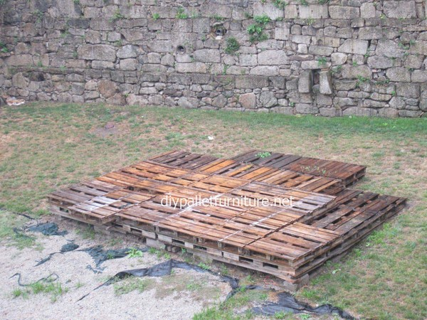 annif2019taches101112construireunes_plancher-simple-faite-avec-des-palettes-en-bois7.jpg
